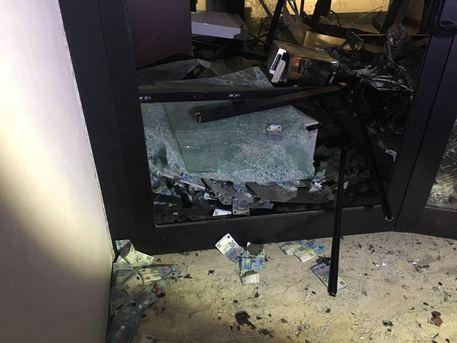 Smuravano i bancomat col carroattrezzi: arrestata banda di 11 rom