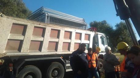 Barriera umana contro il depuratore A Manduria continua la protesta