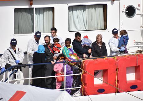 Uno sbarco di migranti a Catania il 6 maggio scorso © ANSA