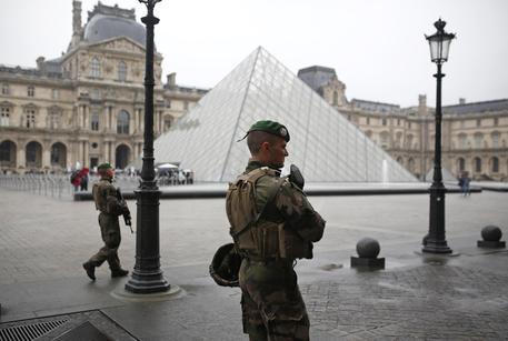 Al Louvre borsa sospetta, evacuata anche la sala stampa, poi rientra allarme © AP