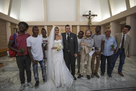 Sposi invitano migranti al matrimonio