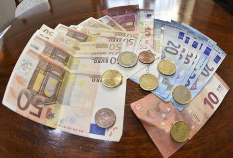 Banconote e monete in una foto di archivio © ANSA