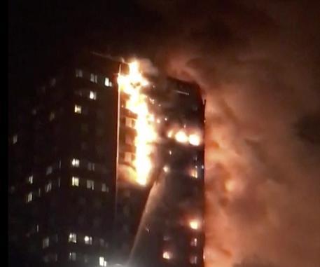 Inferno di cristallo a Londra: 30 feriti, alcuni morti