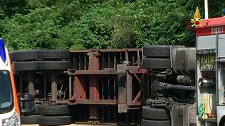 Tir si ribalta in autostrada, traffico bloccato tra Busalla e Bolzaneto foto