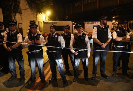 Londra: van investe pedoni fuori moschea, un morto e otto feriti