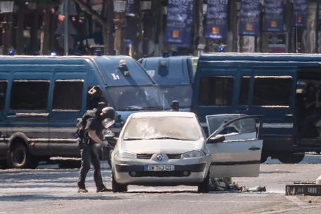 Police operation underway on Champs Elysees Avenue © EPA