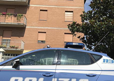 Polizia presidia l'esterno del condominio del delitto a Modena © ANSA