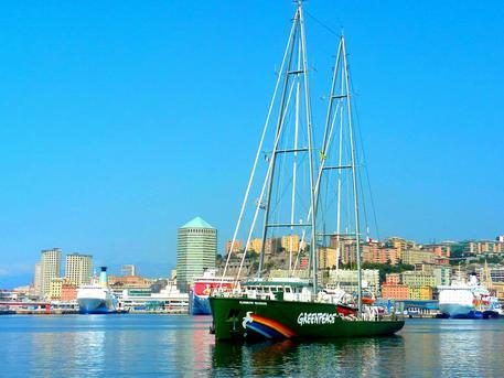 Al via da Genova tour italiano della Rainbow Warrior — Greenpeace
