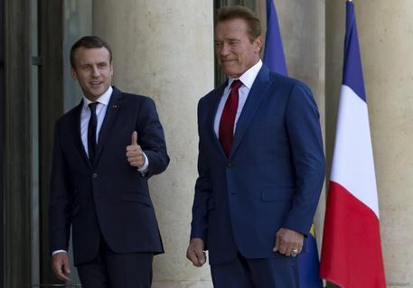 Macron e Schwarzenegger, la strana coppia ha un messaggio per Trump