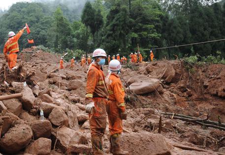 Frana travolge un villaggio del Sichuan: 140 persone sepolte vive