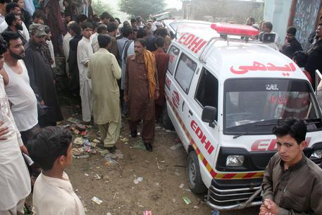 Pakistan, in fiamme autobotte: 123 morti