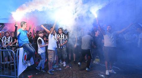 Champions League, tifosi della Juventus seguono la partita dal maxi schermo © ANSA