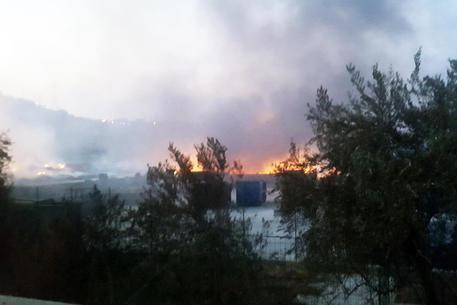 Incendio tra le colline di Taormina, panico in autostrada$
