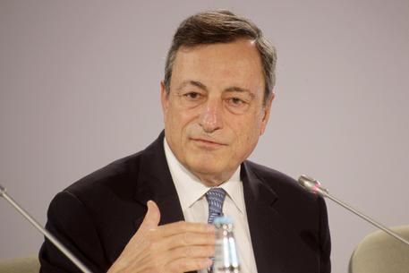 Draghi: economia migliora, prudenza sul rientro del Quantitative easing