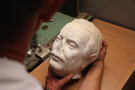La testa della statua di Giovanni Falcone recuperata dopo l'atto vandalico dei giorni scorsi © ANSA