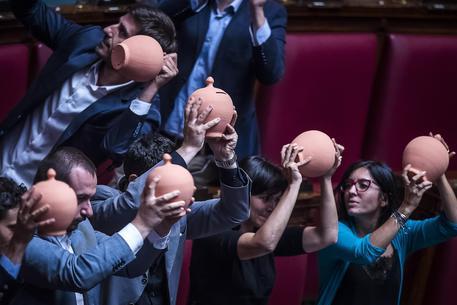 La protesta del M5S in Aula alla Camera © ANSA