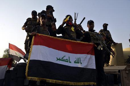 Soldati iracheni celebrano la liberazione di Mosul dall'Isis © EPA