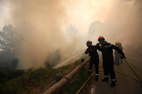 Incendio in Costa Azzurra: 10.000 persone sfollate durante la notte