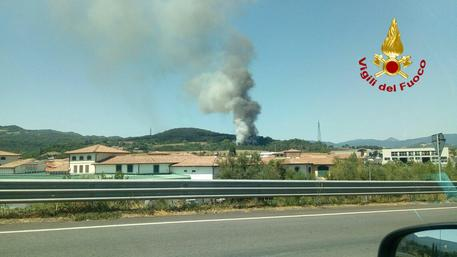 Brucia una bisarca sull'A1, in fiamme anche il bosco