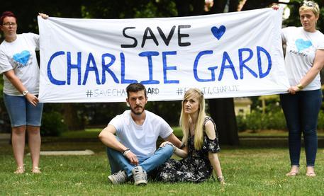 I genitori del piccolo Charlie: lasciatelo morire a casa