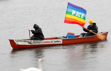Germania, nuovi scontri per G20 ad Amburgo: a fuoco auto polizia