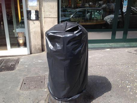 Roma: cestini colmi rifiuti, commercianti li 'incappucciano' © ANSA