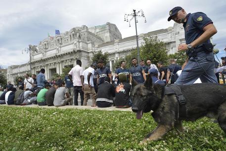 Nuovi controlli della polizia in zona stazione Centrale a Milano