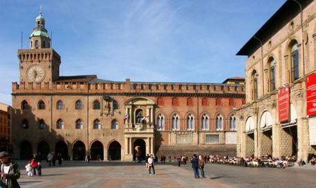 Nuda in giro per Bologna: individuata e super-multa per 26enne