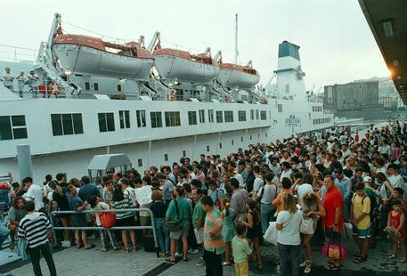 Un affollato imbarco di turisti nel Porto di Napoli © ANSA