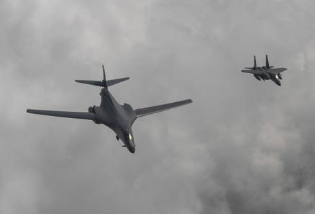 Tensione in Corea: un bombardiere Usa B-1B vola con un jet da combattimento sudcoreano F-15K , FOTO DI ARCHIVIO © AP