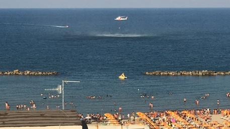 Cade dalla barca a Porto d'Ascoli, salvato con l'elicottero della Guardia Costiera