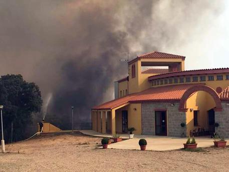 Arbus, notte di fuoco: un ferito Decine di persone evacuate