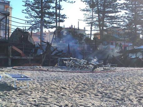 Bordighera, ristorante sulla spiaggia distrutto dal fuoco