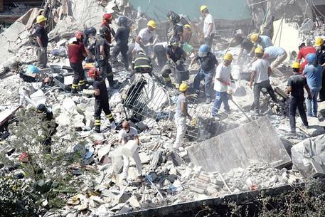 Un momento dei lavori di scavo, anche con le mani, dei soccorritori © ANSA