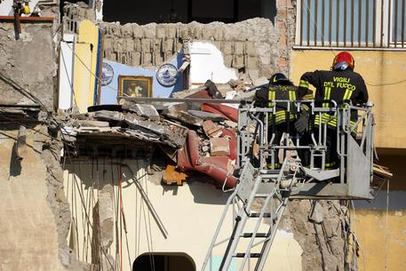 A building collapses in Torre Annunziata, near Naples © ANSA