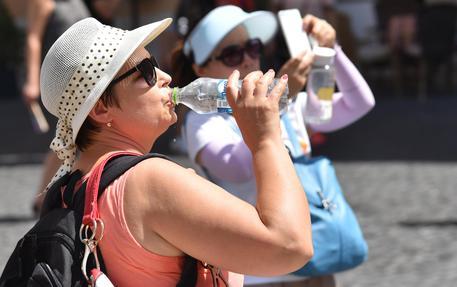 Turisti si dissetano © ANSA