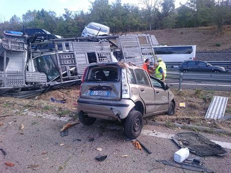 Incidente A1: bisarca si ribalta ad Attigliano, auto finiscono su strada FOTO