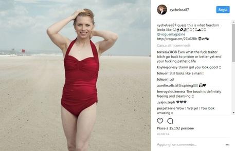 Chelsea Manning su Vogue, fotografata in costume rosso