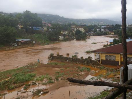 Sierra Leone: 400 morti e almeno 600 dispersi per l'alluvione © AP