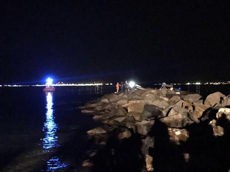 Gommone sugli scogli nella notte a Cagliari, muoiono due giovani