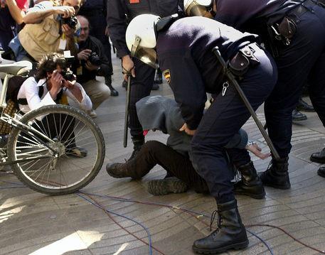 Furgone sulla folla, numerosi feriti