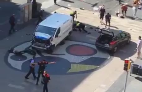 Il furgone piombato sulla folla alla Rambla di Barcellona (da twitter) © Ansa