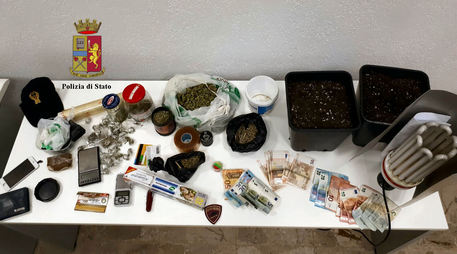 In casa un mercatino della droga: arrestato un uomo di 44 anni
