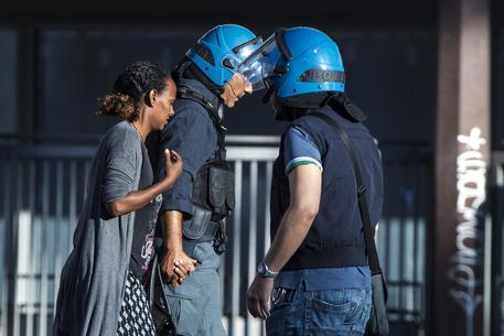 Migranti sgomberati a Roma: 'Vergogna, vogliamo solo casa' © ANSA