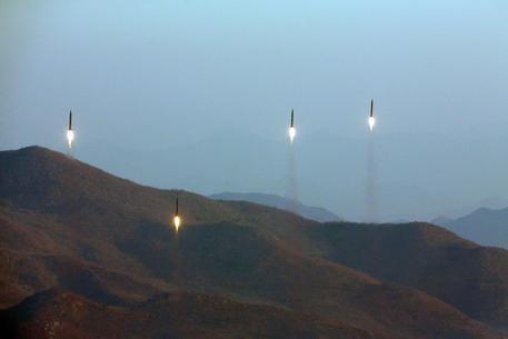 Nordcorea: lanciati tre razzi verso il Mar del Giappone