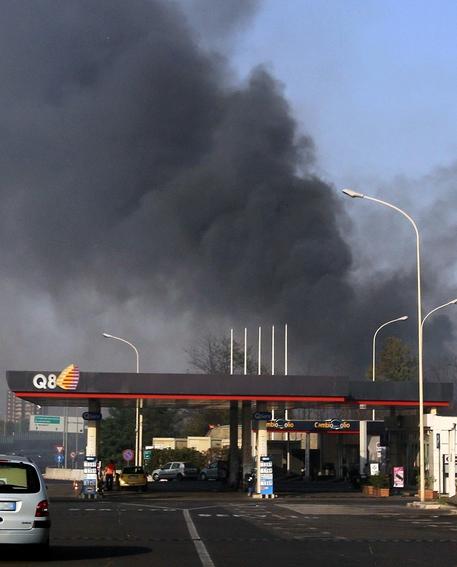 Incendio a Roma, fiamme assediano un distributore sulla A24