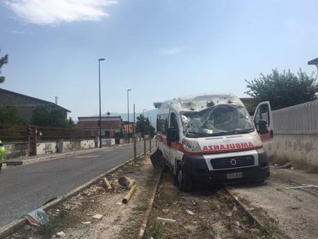 Milano: ambulanza si ribalta davanti all'Ospedale San Carlo