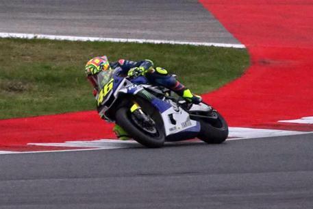 Pochi giri prima che cominciasse a piovere. Valentino Rossi stupisce tutti e anticipa di un giorno il previsto ritorno in pista sul circuito di Misano per testare le sue condizioni fisiche a meno di venti giorni dall'incidente