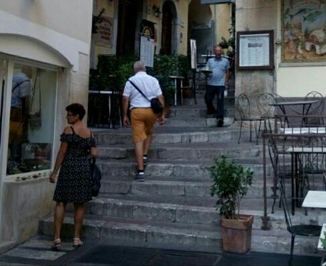 Taormina, marciapiedi off limits per i camerieri$