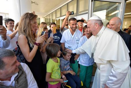 Vaticano, Francesco visita a sorpresa i malati del Santa Lucia